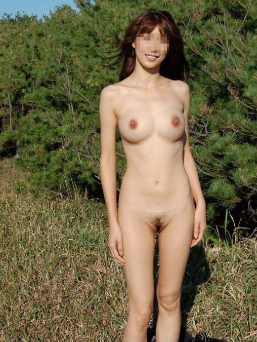 外で素っ裸になっちゃう女 (18)