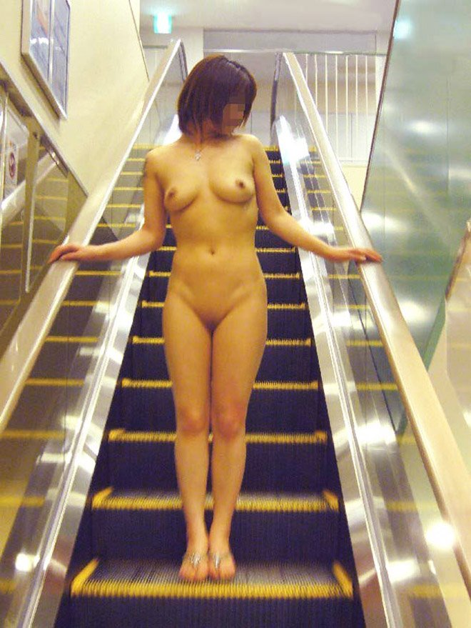 外で素っ裸になっちゃう女 (10)