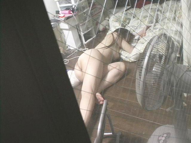 窓から見られた素っ裸の女 (12)