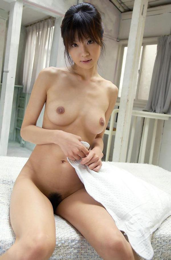 綺麗な乳房で細身の裸 (15)
