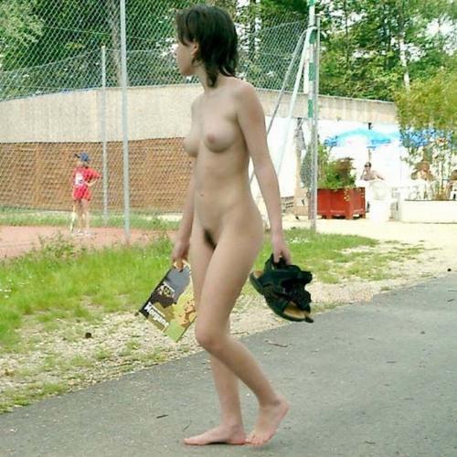 道路で全裸になってしまう女の子 (8)