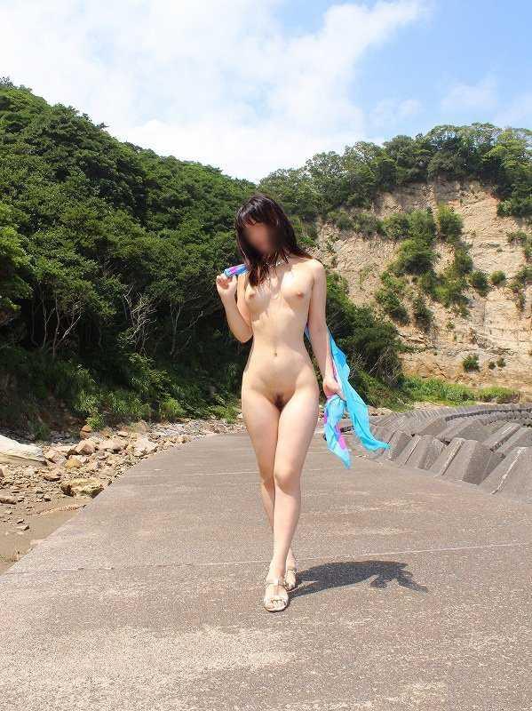道路で全裸になってしまう女の子 (13)