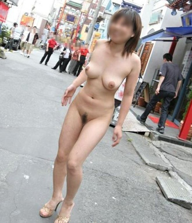 道路で全裸になってしまう女の子 (1)
