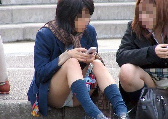 女子校生の下着がチラ見え (10)
