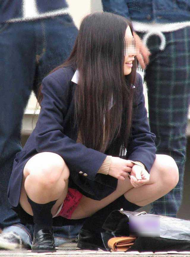 女子校生の下着がチラ見え (17)