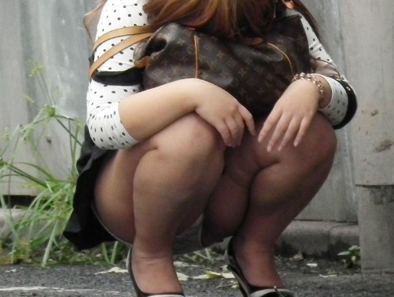 裾から下着が直視できる (8)