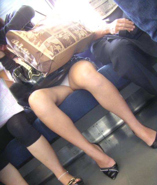 電車内で下着がチラリ (15)