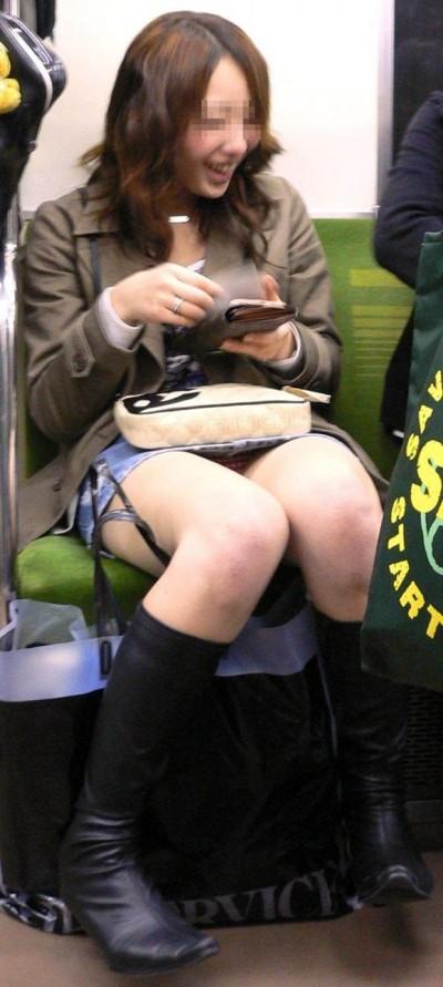 電車内で下着がチラリ (19)