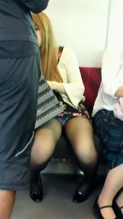 電車内で下着がチラリ (8)