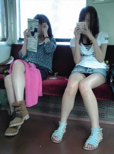 電車内で下着がチラリ (2)
