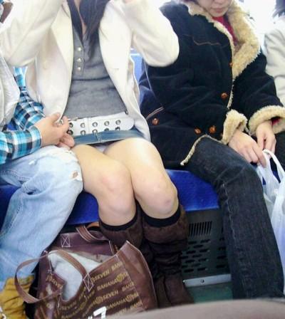 電車内で下着がチラリ (12)