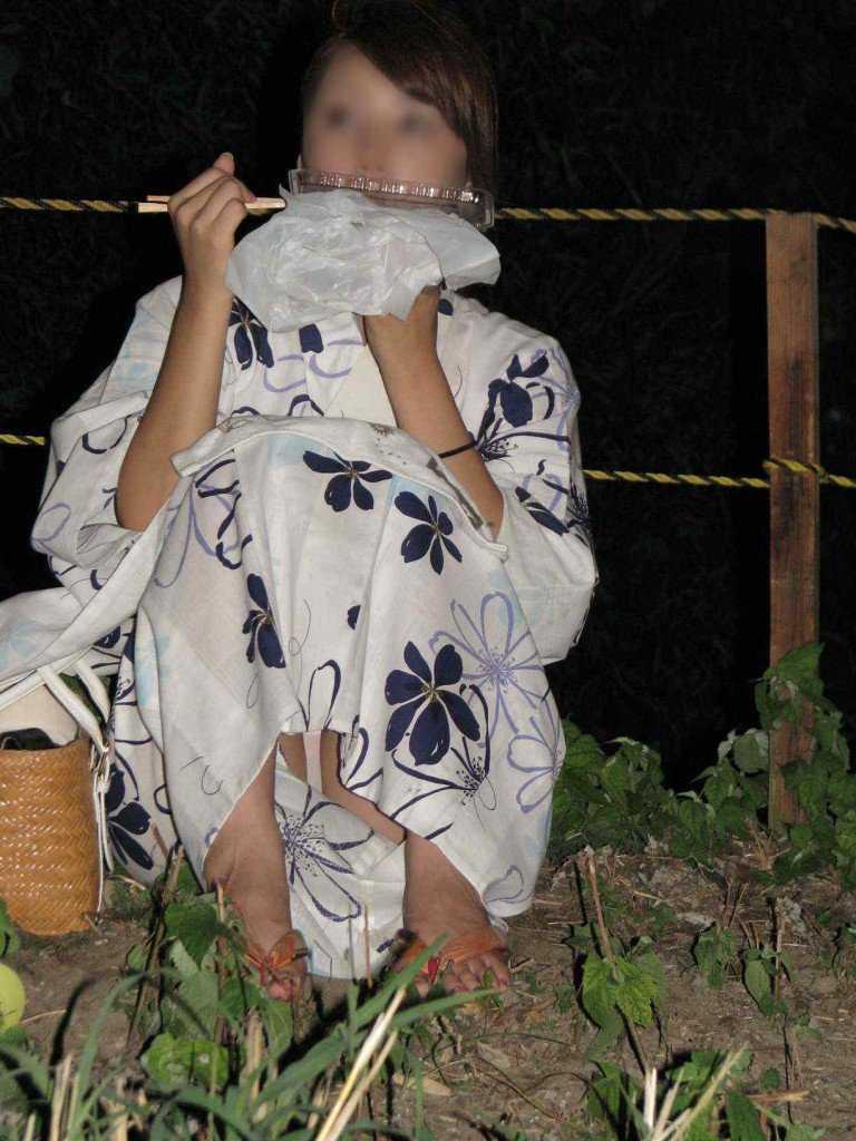 下着がスケスケで祭りに行く (12)