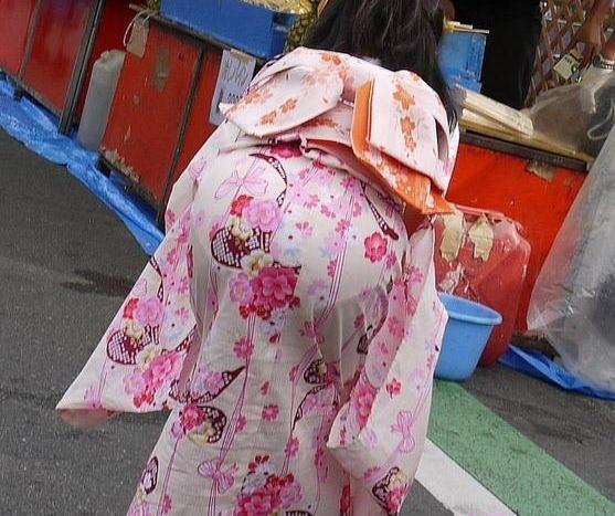 下着がスケスケで祭りに行く (4)