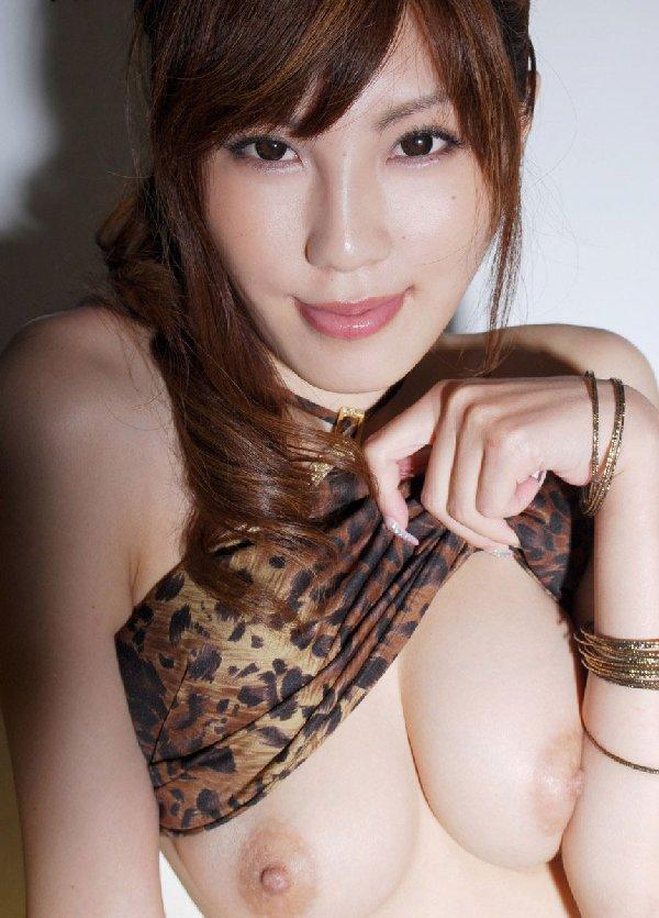 デカくてハリのある乳房 (12)
