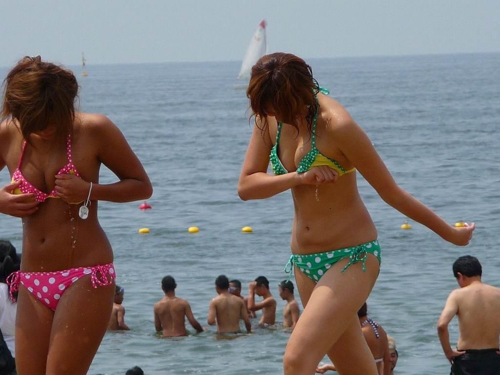 ビーチの水着娘が健康的エロ (12)