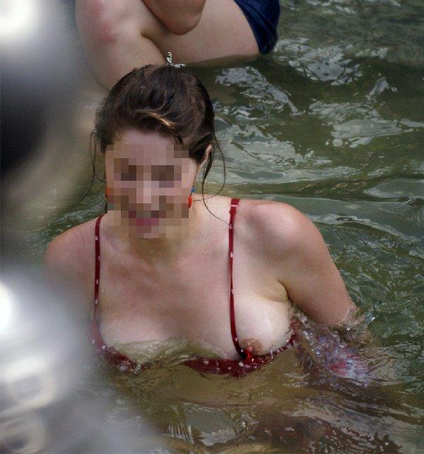 水着から乳頭が見えてるよ (9)