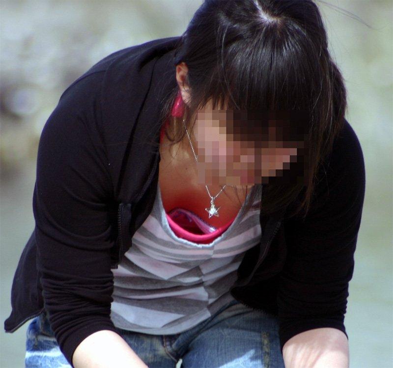 チラッと見えている乳房 (15)