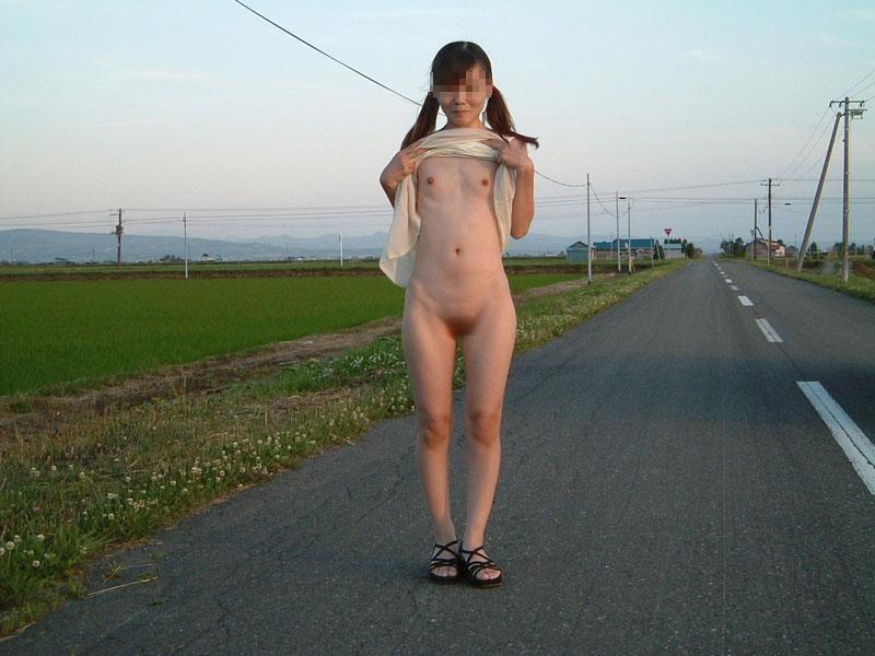 屋外で服を脱いじゃう女の子 (8)