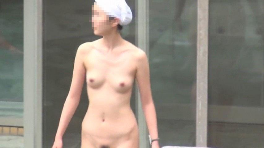 温泉に裸で入る女を見物 (9)