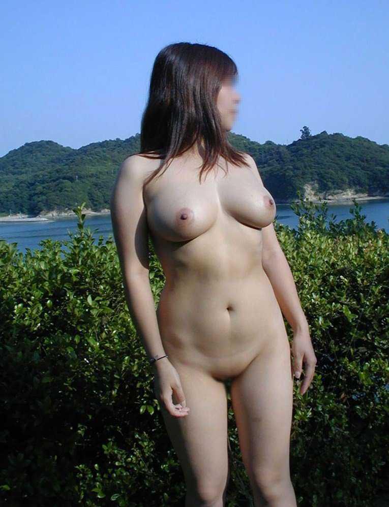 太陽のもとで裸になる変態さん (17)
