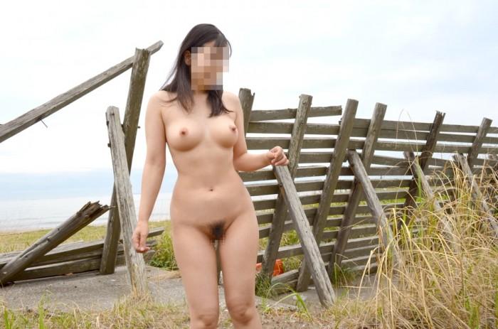 太陽のもとで裸になる変態さん (5)