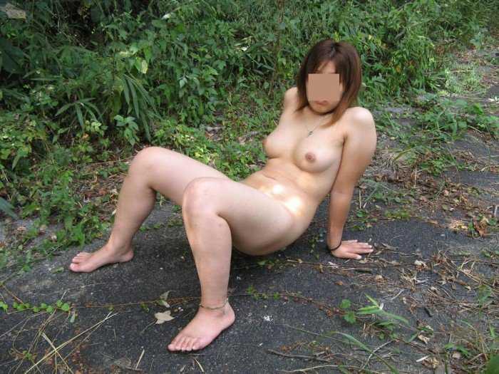 太陽のもとで裸になる変態さん (14)