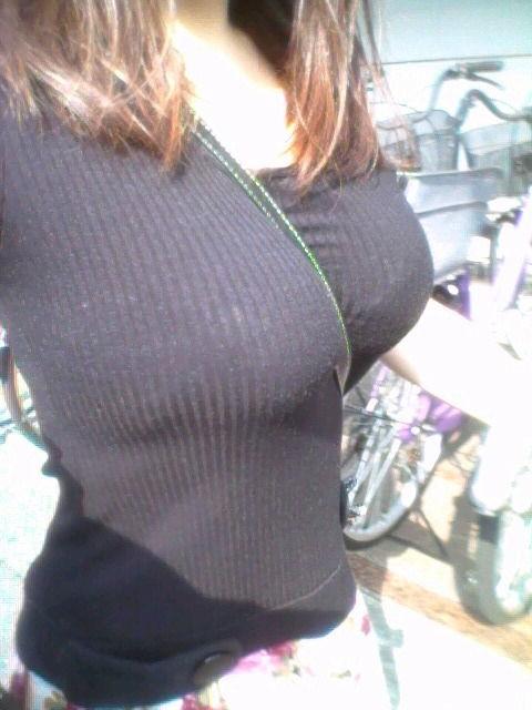 服を着ていても乳房がデカい (6)