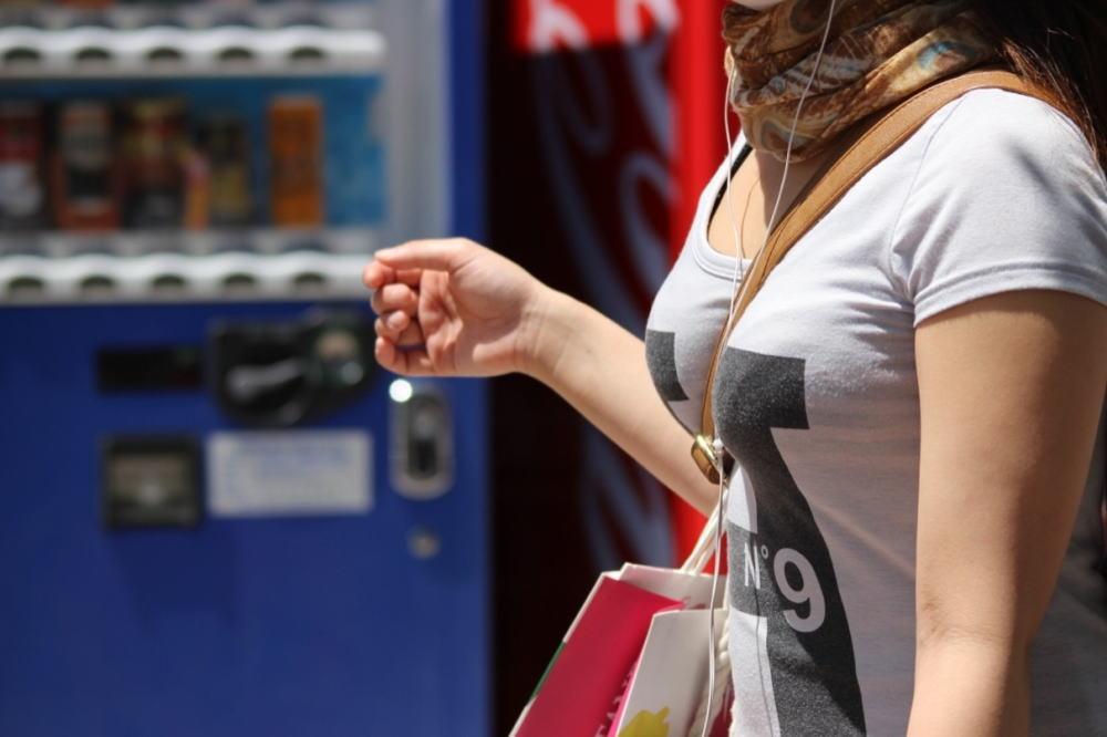 服を着ていても乳房がデカい (4)