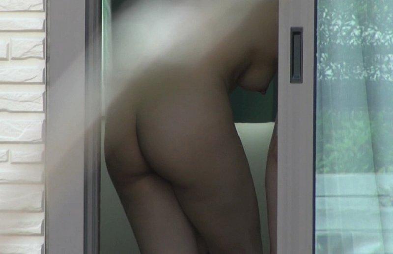 部屋の中の裸を覗く (11)