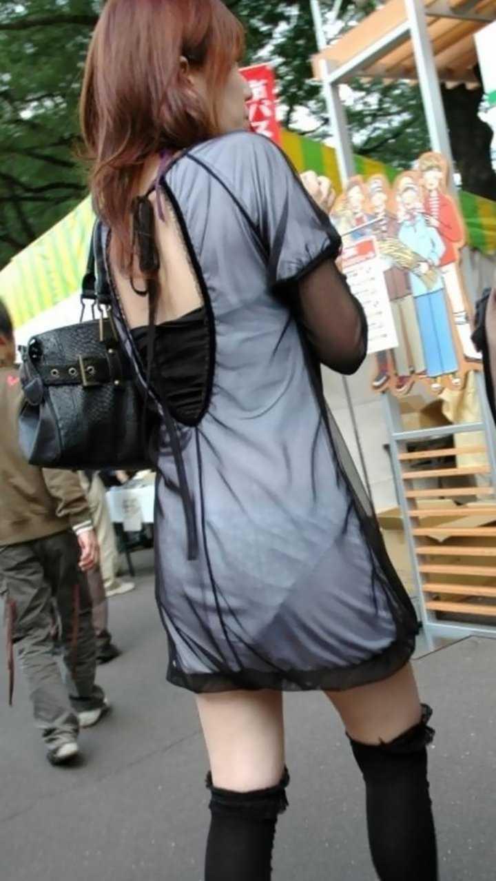 パンツが透けて見えてる女の子 (14)