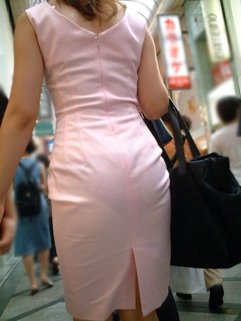 パンツが透けて見えてる女の子 (10)
