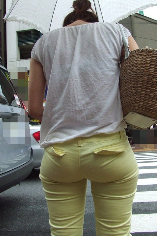 パンツが透けて見えてる女の子 (13)