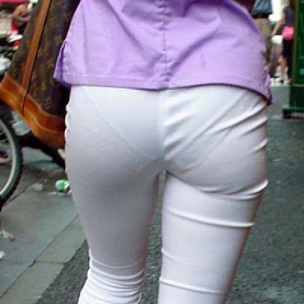パンツが透けて見えてる女の子 (1)