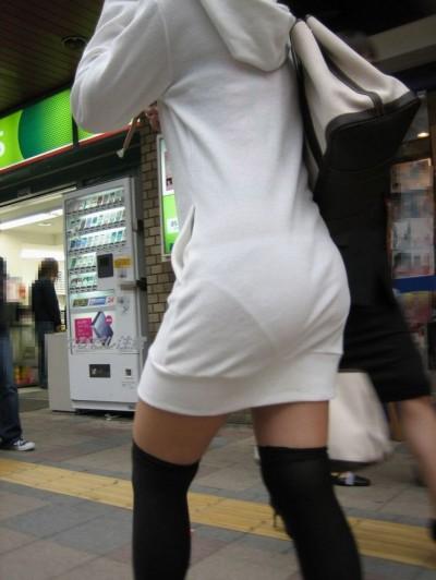 パンツが透けて見えてる女の子 (7)