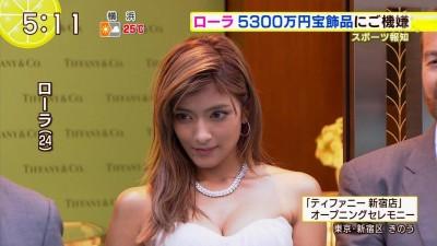 女性タレントが胸の谷間を見せちゃう (3)