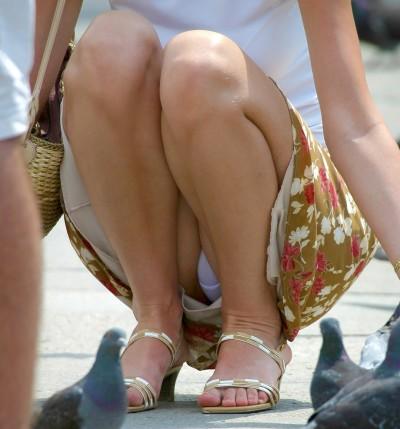スカートのデルタゾーンから下着が見える (3)