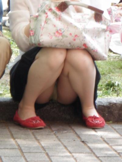 スカートのデルタゾーンから下着が見える (4)