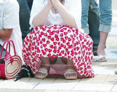 スカートのデルタゾーンから下着が見える (6)