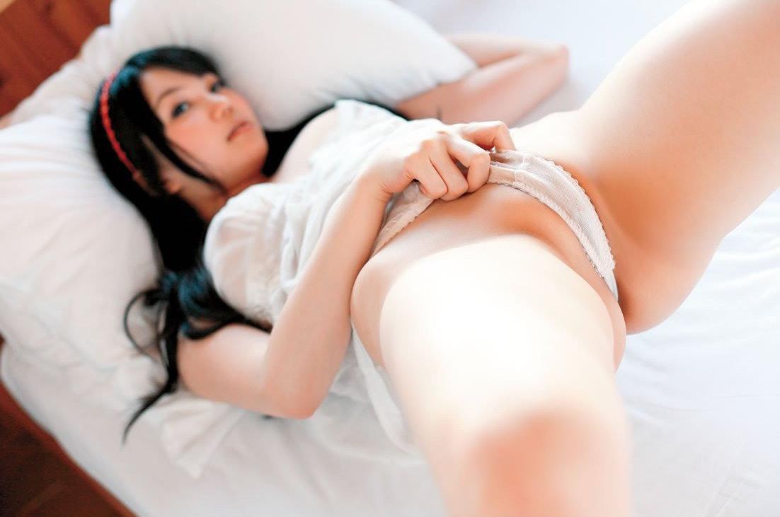 ほぼ全裸状態だけど必死に隠す (6)