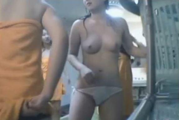脱衣途中の女の子がエロい (14)