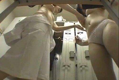 脱衣途中の女の子がエロい (6)
