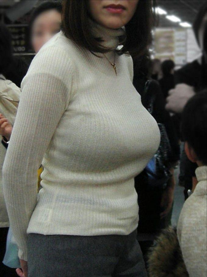 服の中から飛び出そうな爆乳 (6)