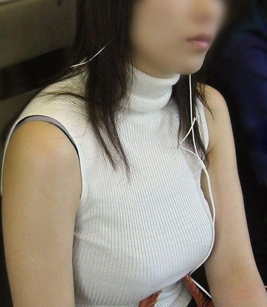 デカすぎな乳房が目を奪う (11)