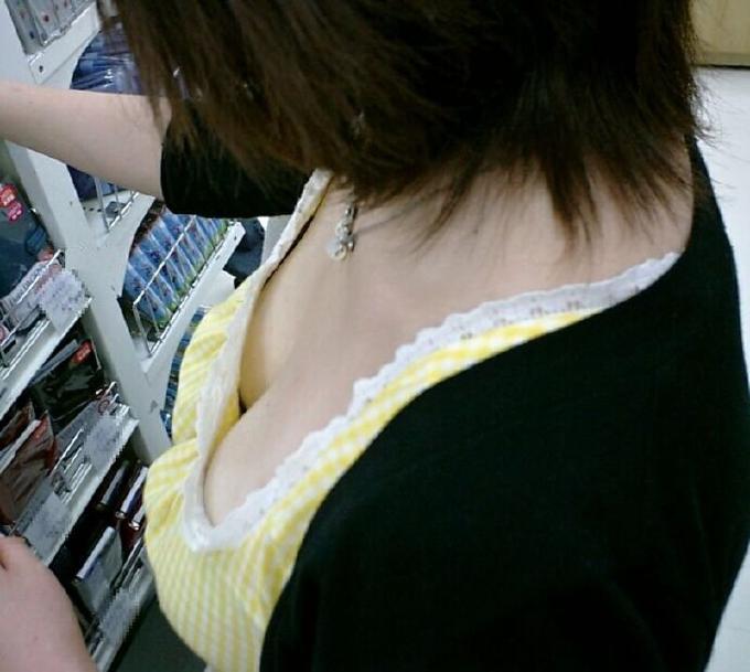 ハッキリ見えちゃった乳房や乳首 (8)