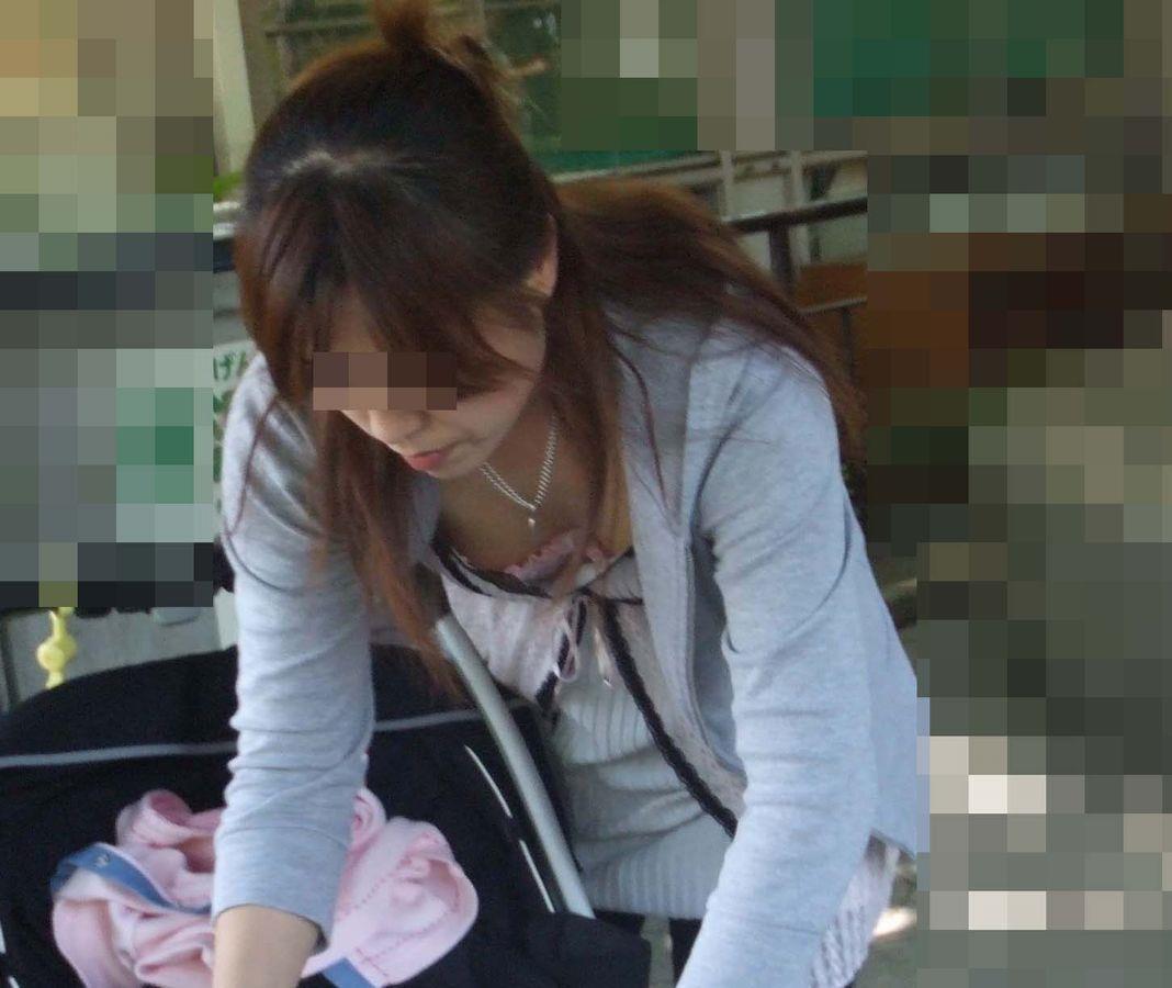 かなりの乳房が見えている街の女 (8)