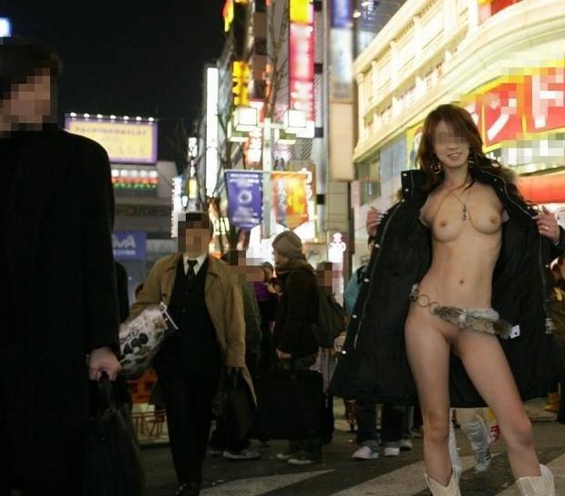 人に見られそうな場所でワザと裸になる女 (3)