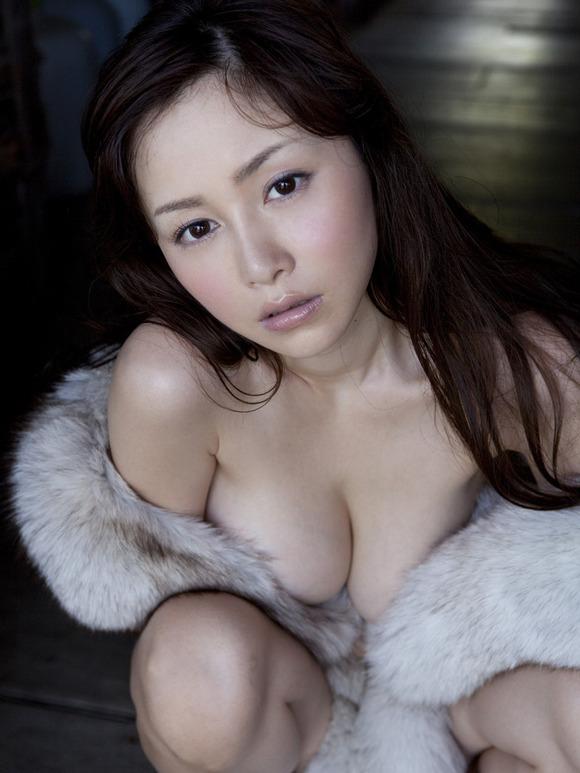 グラビアアイドルの熟れた乳房 (15)