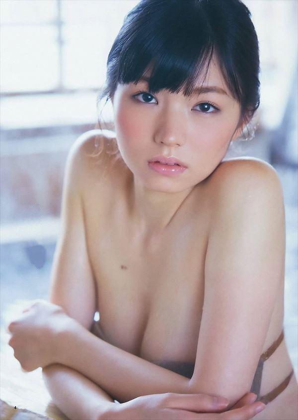 グラビアアイドルの熟れた乳房 (2)