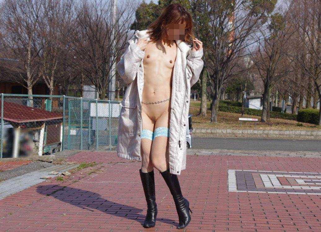 屋外で脱衣するのが好きな女の子 (15)