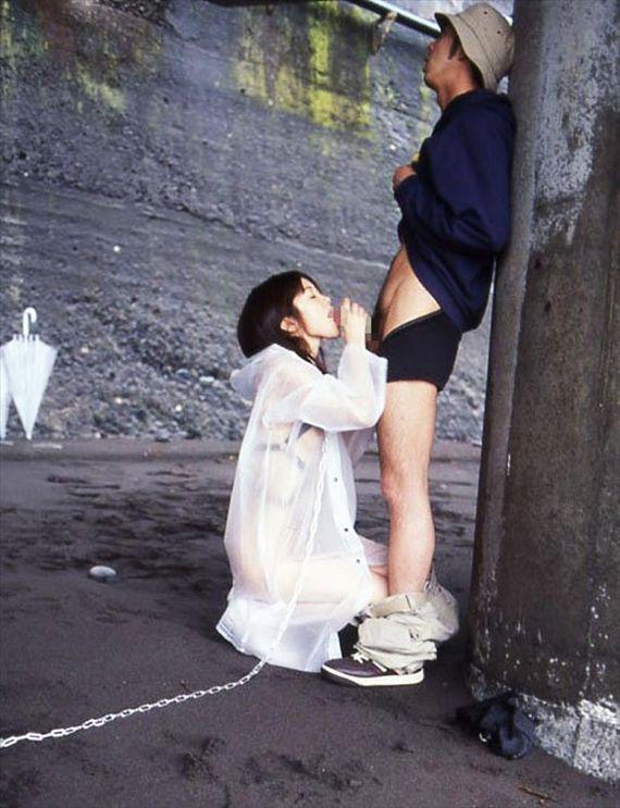 屋外でも亀頭を舐めちゃう女の子 (5)